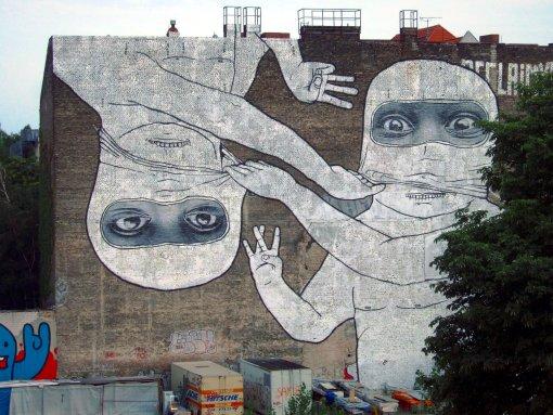 Gemeinschaftsarbeit der Künstler blu und JR an der Brandmauer gegenüber dem Senatsreservenspeicher